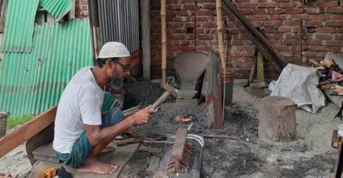 কামারদের হতাশা টুং-টাং শব্দে মুখর হয়ে উঠেছে সিরাজদিখান কামারপাড়া
