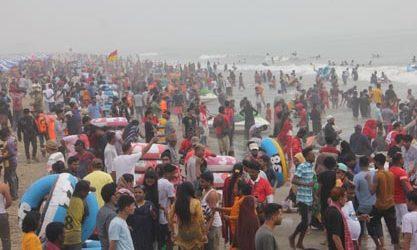 কক্সবাজারে হোটেল ভর্তি, সৈকতে রাত কাটাচ্ছে পর্যটকরা